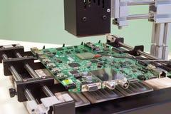 Reemplazo del microprocesador en la estación de la reanudación del bga Estación que suelda infrarroja en funcionamiento Fotos de archivo