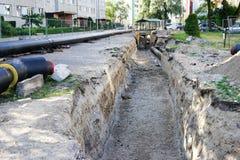 Reemplazo y reconstrucción de las tuberías del sistema de calefacción en la ciudad Foto de archivo