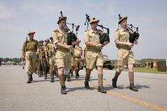 Reenactment Второй Мировой Войны маршируя войск Стоковые Изображения RF