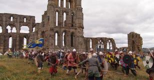Reenactment сражения между Викингами и Saxons Whitby в северной Англии стоковые фото