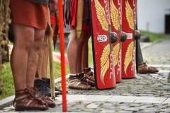 Reenactment com os uniformes romanos dos soldados Imagens de Stock