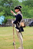 Reenactment de mosquetes da carga durante a Revolução Americana, forte Ticonderoga, New York, 2014 Fotos de Stock Royalty Free