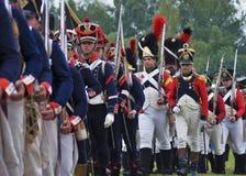 Reenactment histórico da batalha de Borodino em Rússia Soldados de marcha imagens de stock