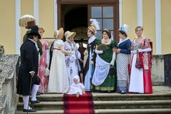 Reenactment histórico do castelo de Slavkov-Austerlitz As senhoras e senhores deputados em trajes históricos encontram Napoleon B fotos de stock royalty free