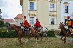 Reenactment histórico do castelo de Slavkov-Austerlitz Procissão dos cavaleiro no uniforme histórico do período de Napoleon Bonap fotografia de stock