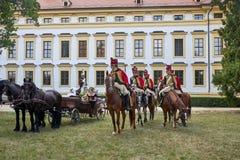 Reenactment histórico do castelo de Slavkov-Austerlitz Procissão dos cavaleiro no uniforme histórico do período de Napoleon Bonap fotografia de stock royalty free