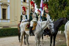 Reenactment histórico do castelo de Slavkov-Austerlitz Procissão dos cavaleiro no uniforme histórico do período de Napoleon Bonap fotos de stock royalty free