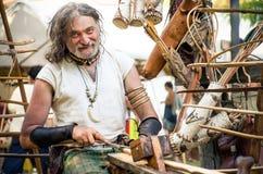 Reenactment medieval medieval de Celtic Festival do ferreiro de madeira do artesão do escultor fotografia de stock