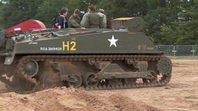 Reenactment przedstawienie, wojny światowej dwa amerykanina Sherman zbiornik zdjęcie wideo