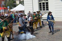 Reenactment: Svenska Carolean soldater från 1700 Royaltyfri Bild