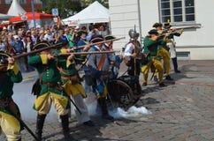 Reenactment: Svenska Carolean soldater från 1700 Arkivfoton