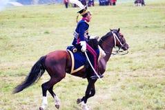 Reenactor穿戴了,拿破仑式的战争战士骑马 免版税库存图片