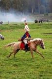 Reenactor jest ubranym białego futerkowego kapelusz jedzie konia przy Borodino Fotografia Stock