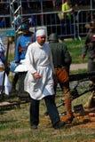 Reenactor klädde, som en doktor går på stridfältet Arkivbilder
