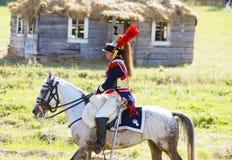 Reenactor kleedde zich aangezien Napoleonic oorlogsmilitair een paard berijdt Royalty-vrije Stock Fotografie