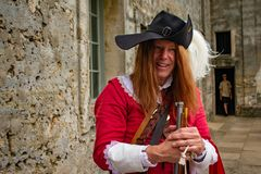 Reenactor kleedde zich als Spaanse militair van de zeventiende eeuw in de Historische Kust van Florida stock afbeelding