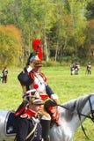 Reenactor kleidete an, wie Soldat des napoleonischen Krieges ein Pferd reitet Lizenzfreie Stockfotografie