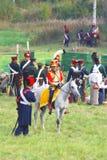 Reenactor kleidete an, wie Soldat des napoleonischen Krieges ein Pferd reitet Stockbild