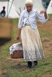 Reenactor kobieta przy Borodino batalistycznym dziejowym reenactment w Rosja Zdjęcie Stock