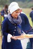 Reenactor kobiety kucharstwo przy Borodino batalistycznym dziejowym reenactment w Rosja Zdjęcie Royalty Free