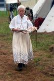 Reenactor kobiety kucharstwo przy Borodino batalistycznym dziejowym reenactment w Rosja Fotografia Stock