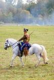 Reenactor ubierał gdy Napoleońskiej wojny żołnierz jedzie białego konia Zdjęcia Stock