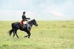 Reenactor ubierał gdy Napoleońskiej wojny żołnierz jedzie konia Fotografia Stock