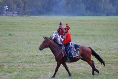 Reenactor ubierał gdy Napoleońskiej wojny żołnierz jedzie konia Zdjęcia Royalty Free