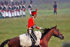 Reenactor ubierał gdy Napoleońskiej wojny żołnierz jedzie konia Zdjęcie Royalty Free