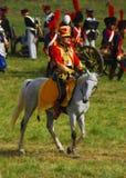 Reenactor ubierał gdy Napoleońskiej wojny żołnierz jedzie konia Zdjęcia Stock
