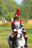 Reenactor vestiu-se como o soldado da guerra de Napoleão monta um cavalo Imagem de Stock