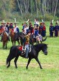Reenactor vestiu-se como o soldado da guerra de Napoleão monta um cavalo Foto de Stock Royalty Free