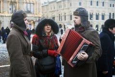 Reenactors在莫斯科唱在红场的战争歌曲 免版税库存照片