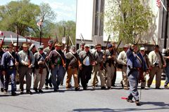 Reenactors游行在贝得福得,弗吉尼亚- 2的小组 库存图片