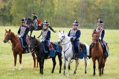 Reenactors穿戴了,拿破仑式的战争俄国士兵骑马 免版税库存图片