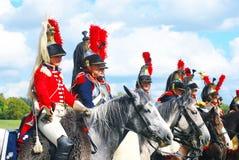 Reenactors穿戴了,拿破仑式的战争战士骑马 图库摄影