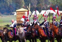 Reenactors穿戴了,拿破仑式的战争战士骑马 库存图片