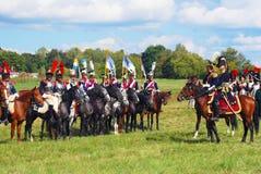 Reenactors穿戴了,拿破仑式的战争法国士兵骑马 免版税库存图片