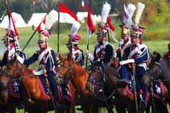 Reenactors одело по мере того как солдаты наполеоновской войны едут лошади Стоковое Изображение