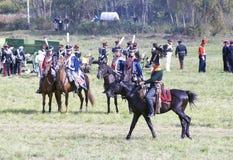Reenactors одело по мере того как солдаты наполеоновской войны едут лошади Стоковое Изображение RF