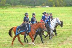 战士reenactors在战场的乘驾马 免版税库存照片