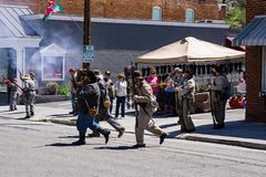 Reenactors confédéré mettant le feu à leurs armes à la bataille de Buchanan photos stock