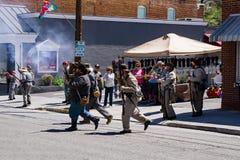 Reenactors confederado que ateia fogo a suas armas na batalha de Buchanan fotos de stock