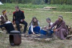 Reenactors gotuje jedzenie przy Borodino batalistycznym dziejowym reenactment w Rosja Zdjęcie Royalty Free
