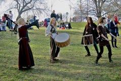 Reenactors i Kolomenskoye parkerar i Moskva bandmusikal som sjunger tre kvinnor royaltyfria foton