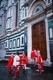 Reenactors italianos delante del Duomo en Florencia Imagen de archivo libre de regalías
