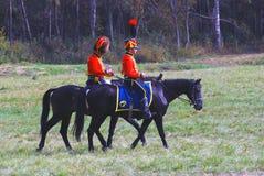 Reenactors klädde, som soldater för Napoleonic krig rider hästar Arkivbild
