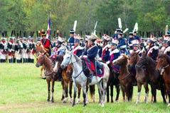 Reenactors kleedde zich aangezien Napoleonic oorlogsmilitairen paarden berijden Royalty-vrije Stock Foto's