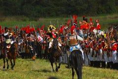 Reenactors kleedde zich aangezien Napoleonic oorlogsmilitairen paarden berijden Royalty-vrije Stock Fotografie