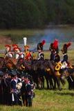Reenactors kleedde zich aangezien Napoleonic oorlogsmilitairen paarden berijden Stock Foto
